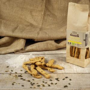 Sobon Yellow Stick con macis (scorza esterna di noce moscata) e semi di zucca 100% lievito madre, farine di grano tenero integrale macinata a pietra.